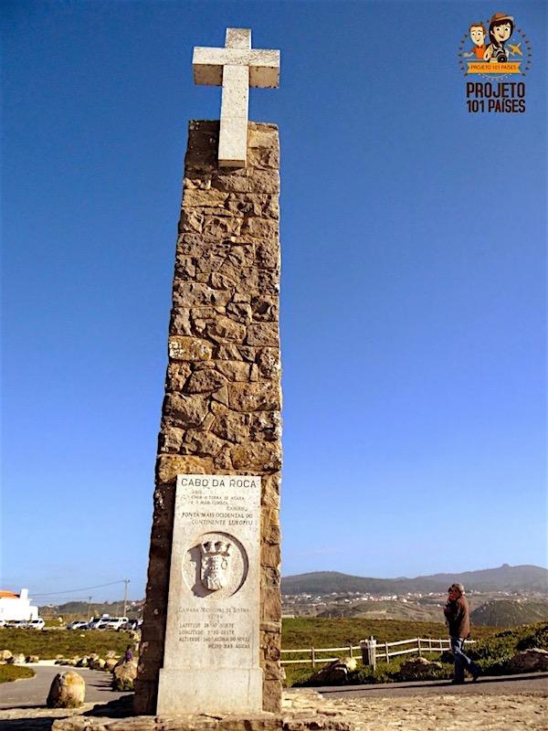 Monumento com uma placa de pedra com os dizeres de Camões e as coordenadas do lugar