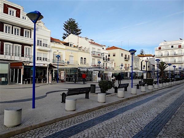 No centro da cidade há inúmeras lojas e restaurantes
