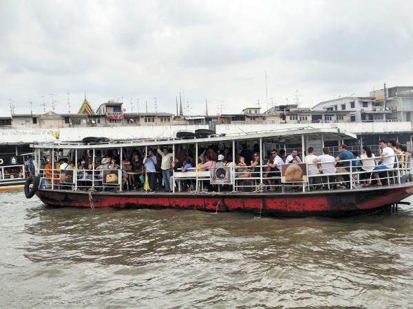 Barco para ir até o Wat Arun