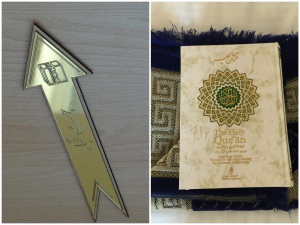 Corão e seta apontando par Meca