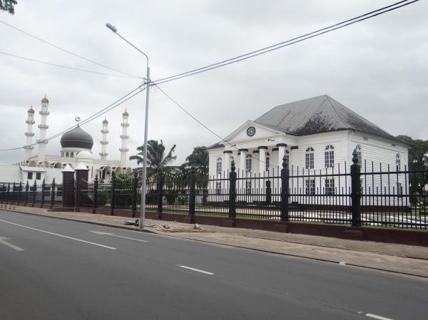 Sinagoga e mesquita lado a lado!