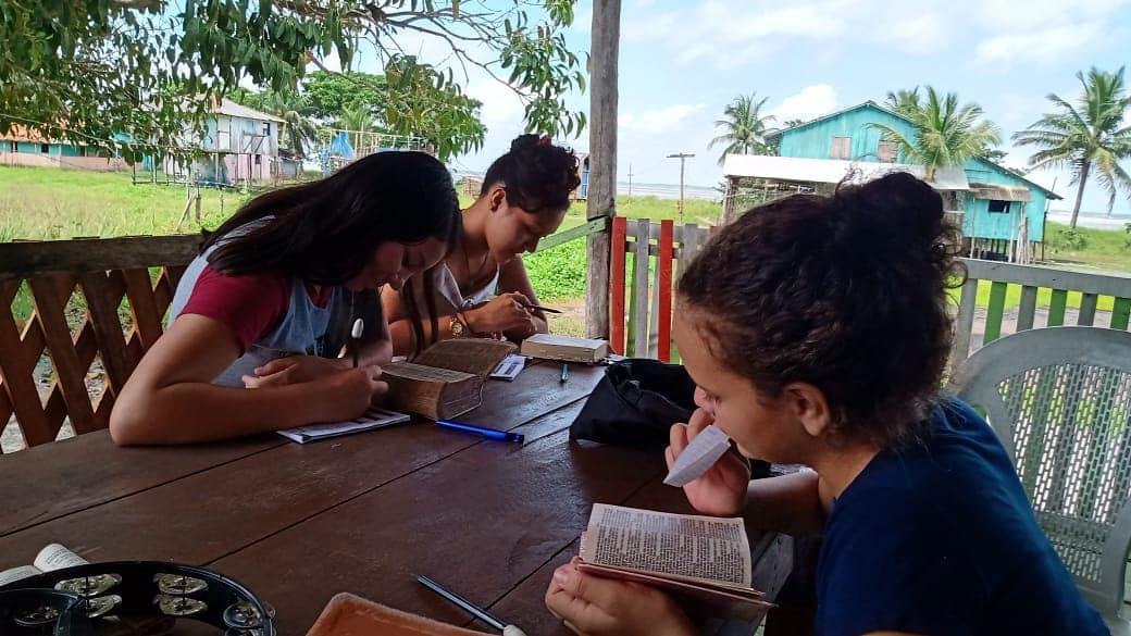 As missionárias Andreza e Natália perseveram no discipulado e cuidado aos novos convertidos na ilha de Curuçazinho - Pará.