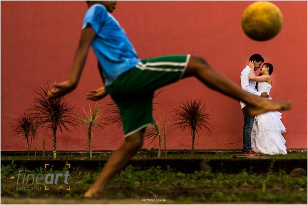 casal juntinho e criança brincando de futebol