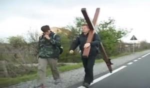 Evangjelisti anglez Mike Vickers me kryq ne shpine