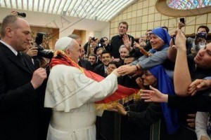 Papa i mbeshtjellun me flamurin shqiptar