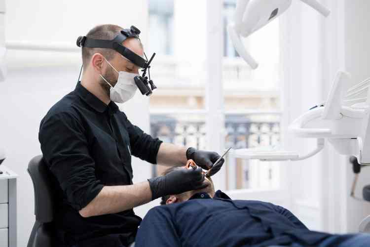 Dr Renaud Noharet - intervention en implantologie