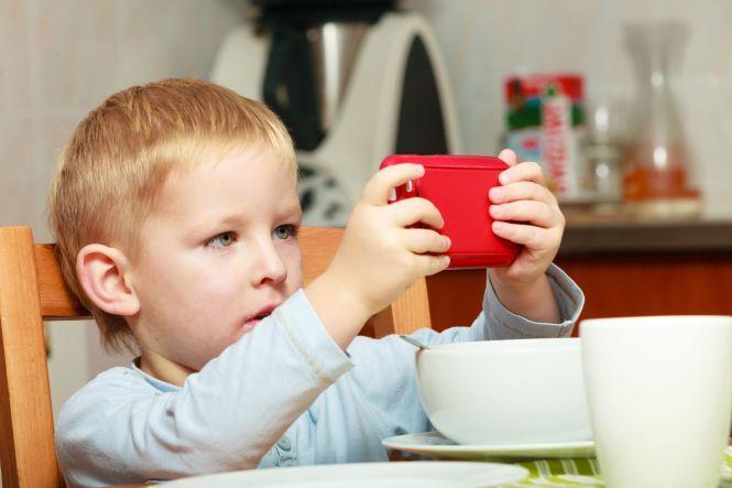 Resultado de imagem para Consequências do uso precoce e excessivo da tecnologia na infância