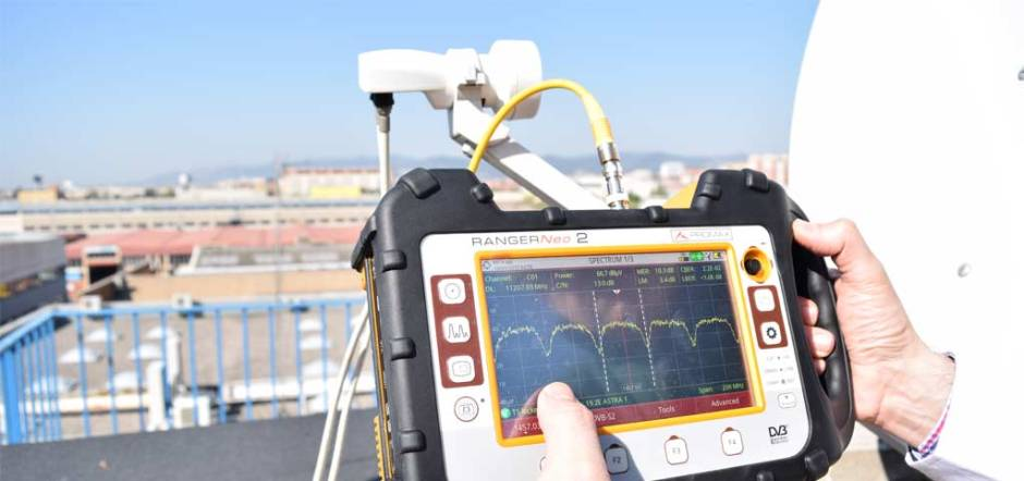 Aligning a satellite dish with spectrum analyzer