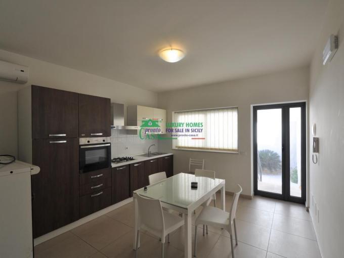 Pronto Casa: Appartamento al piano terra con veranda a 100m dal mare in Vendita a Marina di Ragusa Foto 1