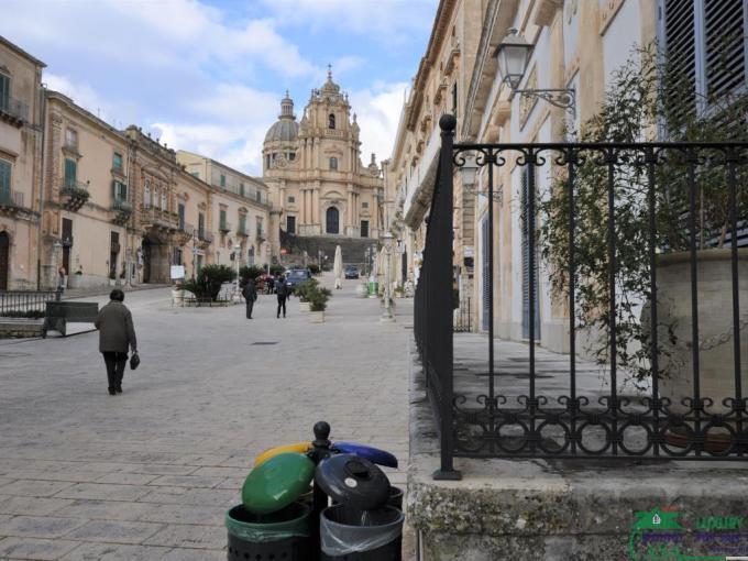 """Pronto Casa: LOCALE COMM.LE  """"AL DUOMO"""" in Affitto a Ragusa Foto 1"""