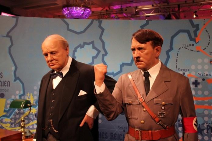 Churchill e Hitler - foto: mapadelondres.org
