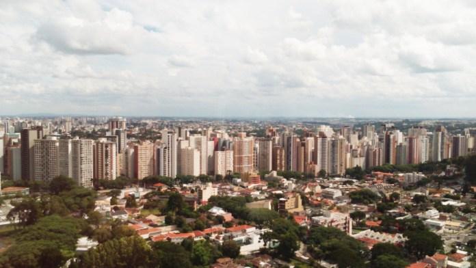 Visitantes têm uma visão privilegiada de Curitiba, no mirante da Torre.