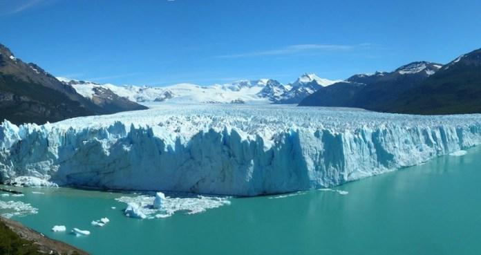 Pode-se admirar o gigante gelado durante um passeio de barco. Foto: divulgação