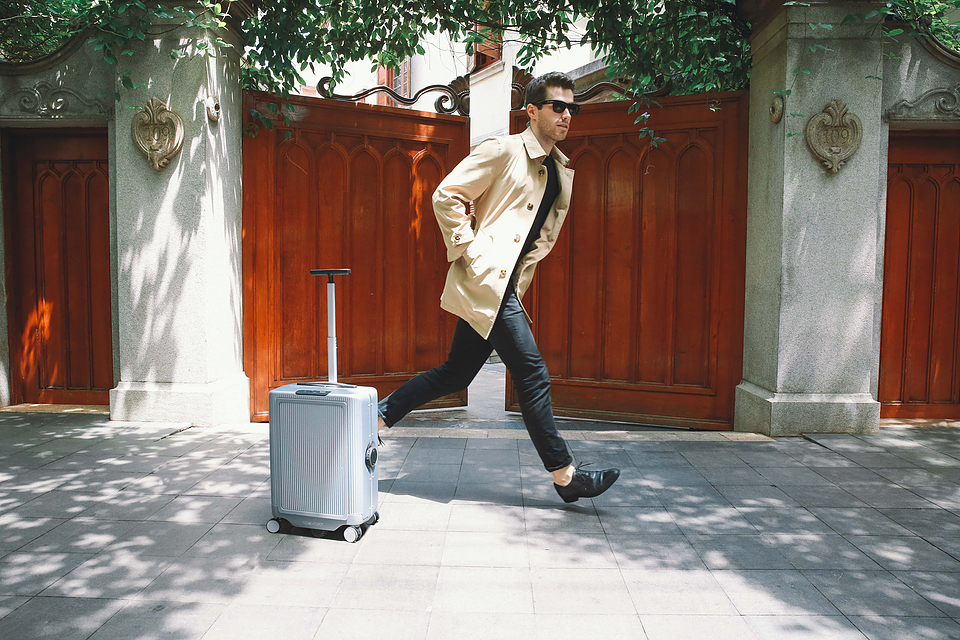 COWAROBOT R1: The First and Only Robotic Suitcase