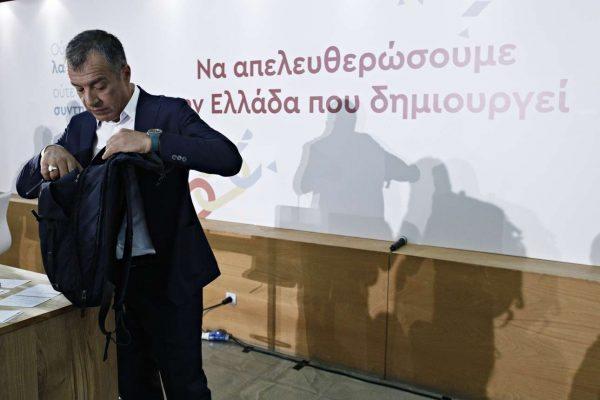 Ο Σταύρος Θεοδωράκης έπειτα από τη συνέντευξη Τύπου στη ΔΕΘ. Μάλλον ψάχνει στην τσάντα του τη... λύση για την Κεντροαριστερά (Alexandros Michailidis / SOOC)