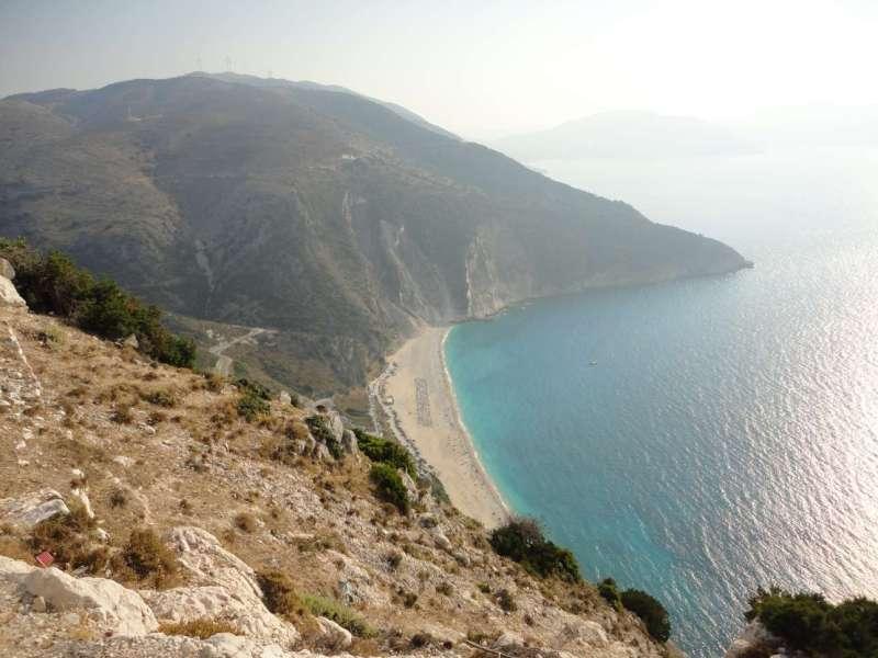 Στη δέκατη θέση, η πιο διάσημη παραλία της Κεφαλονιάς, ο Μύρτος, με την εντυπωσιακή άγρια ομορφιά