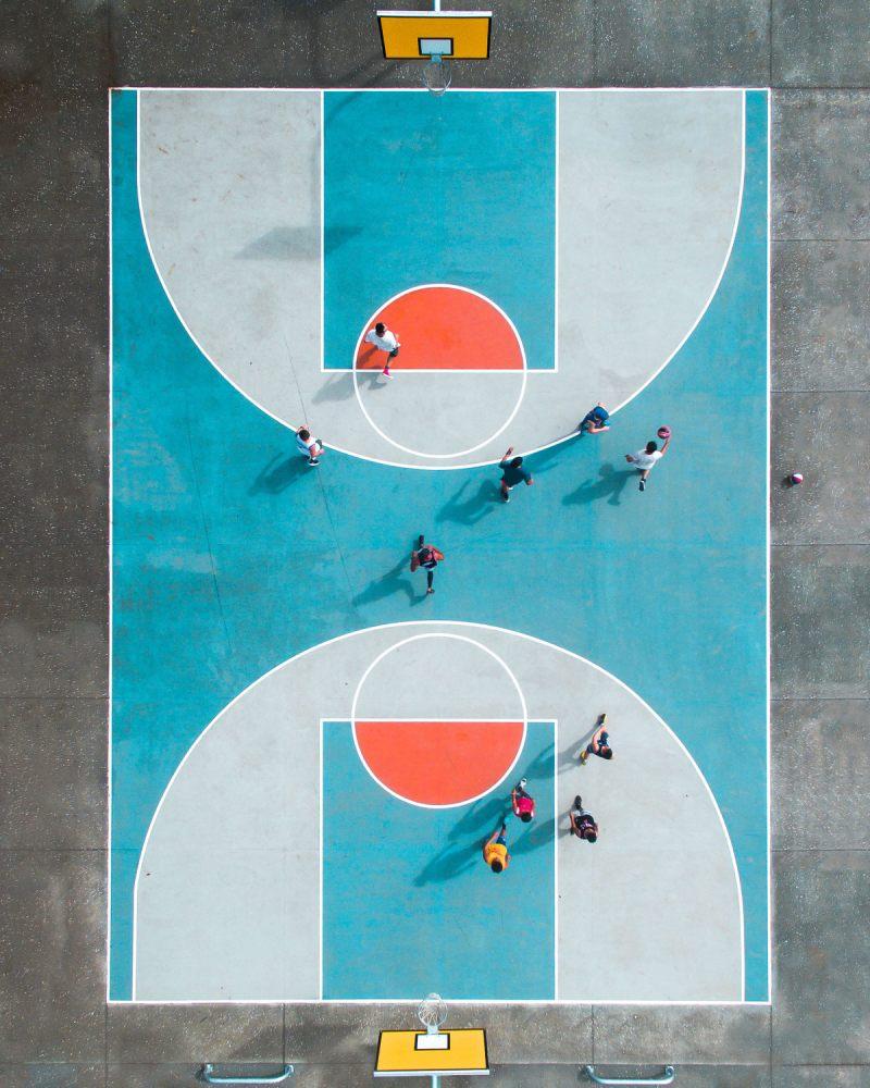Πρώτο βραβείο, κατηγορία Πορτρέτο (Επαγγελματίες). Τα «κρυμμένα» γήπεδα μπάσκετ του Οκλαντ στη Νέα Ζηλανδία ανακάλυψε από αέρος η φωτογράφος