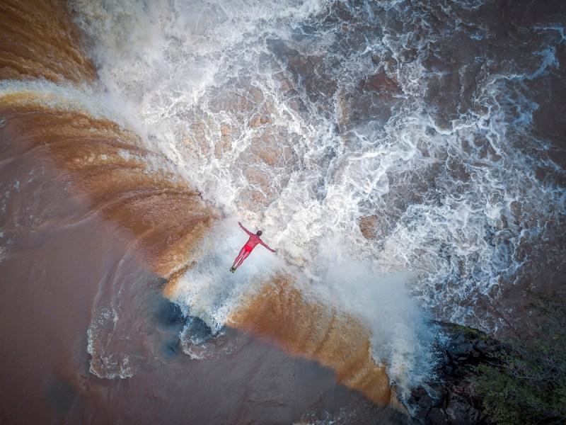 Δεύτερο βραβείο, κατηγορία Πορτρέτο (Επαγγελματίες). Σαν ένα «άλμα προς την αιωνιότητα» περιγράφει ο φωτογράφος τη στιγμή που ο 60χρονος κάτοχος ρεκόρ για βουτιές σε καταρράκτες πηδάει στα νερά του Κίτρινου Ποταμού στην Κίνα