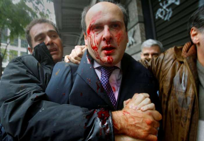 Ο Γιάννης Μπεχράκης κάλυψε εκτενώς και την ελληνική κρίση: εδώ, τον Δεκέμβριο του 2010, μεταφέρει την εικόνα του πρώην υπουργού Κωστή Χατζηδάκη μετά την επίθεση που δέχθηκε από «Αγανακτισμένους» στο Σύνταγμα