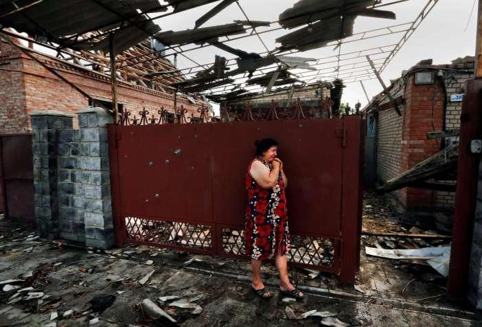 Μια γυναίκα κλαίει στα ερείπια του σπιτιού της στο Σλαβιάνσκ της Ουκρανίας, τον Μάιο του 2014
