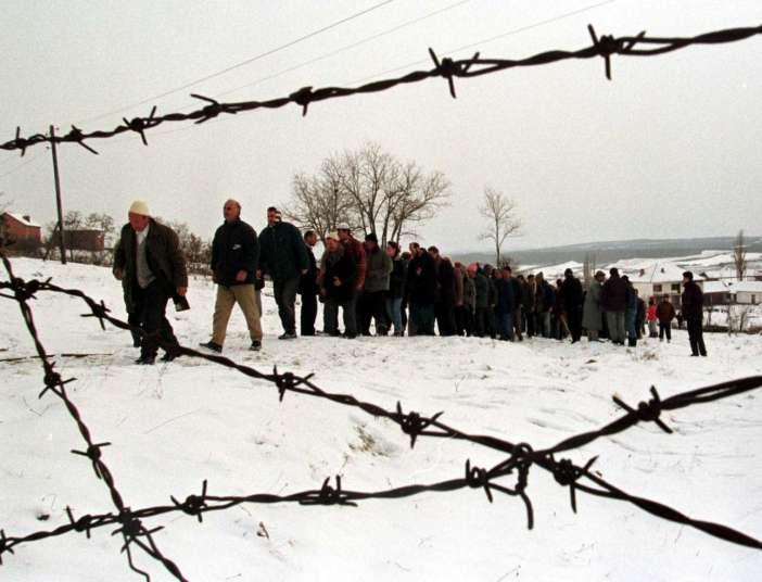 Μια προσευχή και αποχαιρετισμός για δύο Αλβανούς, θύματα των εθνοτικών συγκρούσεων στο Κόσοβο τον Ιανουάριο του 1999
