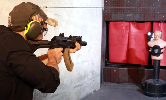 Michael Illouz tirant à l'AK47 sur une plaque IV