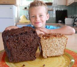 Hugo devant 2 pains protéinés