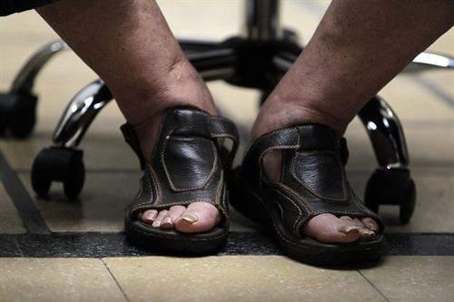 Detalle de los pies (y las garras deleón) del Presidente Mújica
