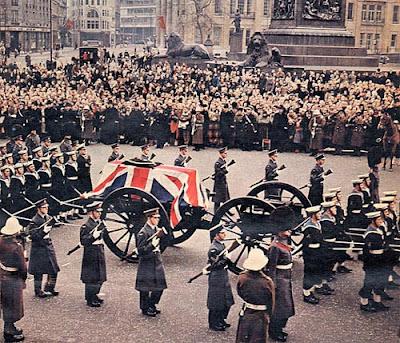 """Funeral de Winston Churchill el 30.01.1965. Obsérvese las armas """"a la funerala"""" o con sus cañones apuntando al suelo."""