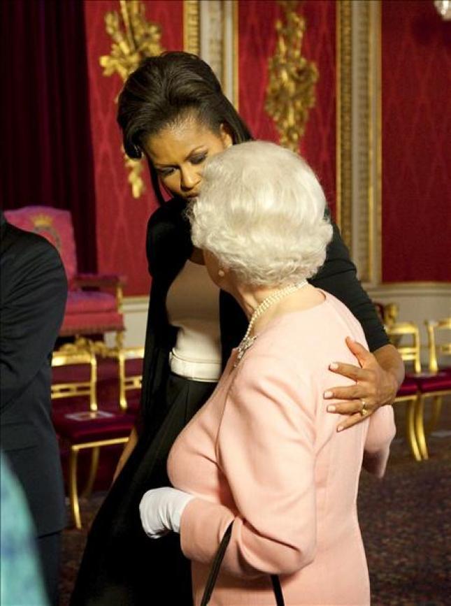 Michelle Obama rompió el protocolo al tocar de forma inapropiada a la Reina. En esta ocasión sí rompió el protocolo al ejecutar un movimiento no incluido en el guión que es reprochable.