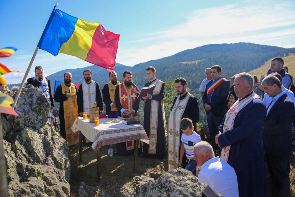 """Binecuvântarea Crucii de pe Piatra Bănișorului și lansarea volumului """"Vișagu, satul de vis de la poalele Vlădesei"""""""