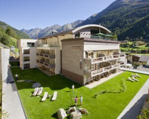 HANDOUT - Seit 60 Jahren werden im traditionsreichsten Haus im Zentrum von Soelden Gaeste aus aller Welt begruesst. Sehr viel Wert haben die Besitzer auf die moderne und stylische Ausstattung gelegt, die immer auch einen Bezug zu Tiroler Traditionen aufweist. Eine Besonderheit ist das Sky-Spa auf dem Dach des Hotels mit grossen Panoramafenstern, die den Blick in die Gipfelwelt der Oetztaler Alpen freigeben. (PHOTOPRESS/Hotel Bergland)