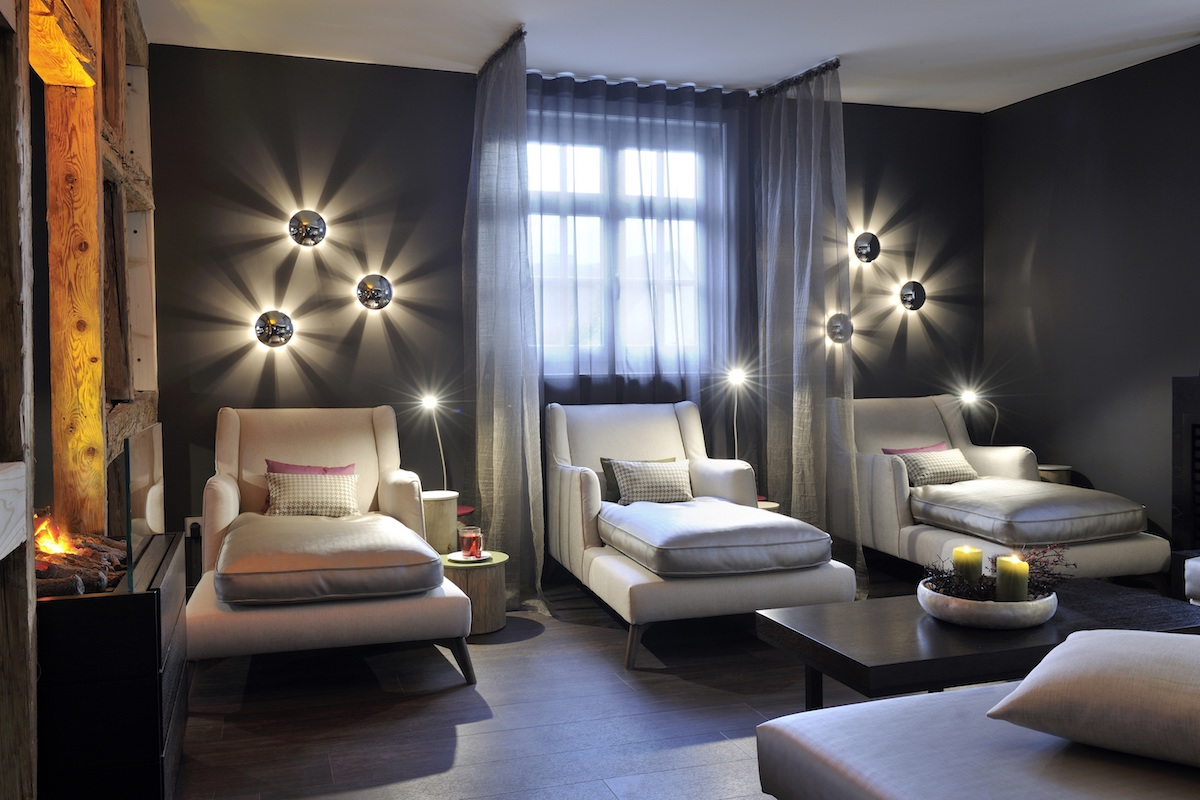 schlosshotel luxushotel deutschland schwarzwald wein gourmet-restaurant weinbau wellness sport guide michelin luxus-hotel