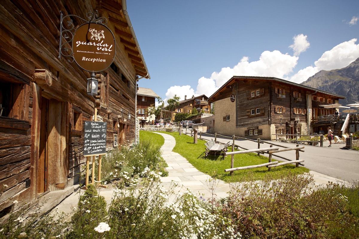 hotels luxus-hotels schweiz deutschland österreich tegernsee graubünden berner-oberland zillertal bayern zell-am-see berghotels wandern reisen natur berglandschaft entspannung alpen chalets