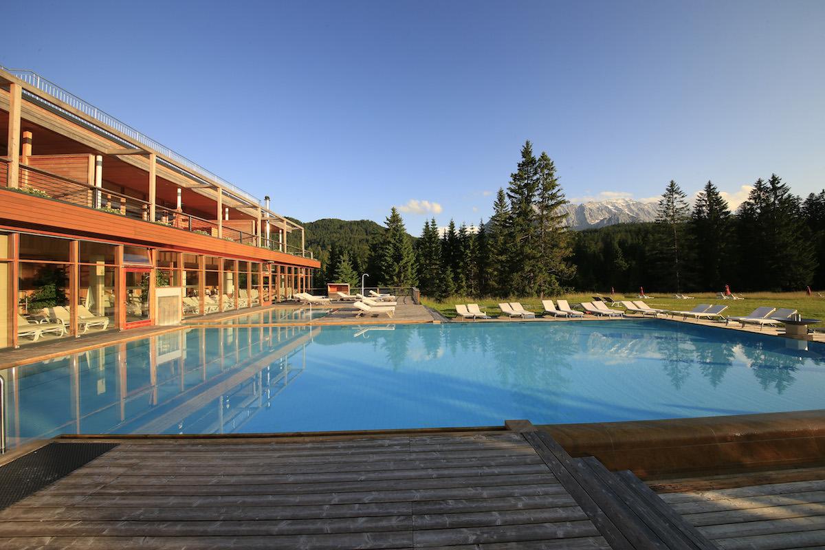 hotels luxus-hotels schweiz deutschland österreich tegernsee graubünden berner-oberland zillertal bayern allgäu zell-am-see berghotels reisen natur berglandschaft entspannung alpen chalets