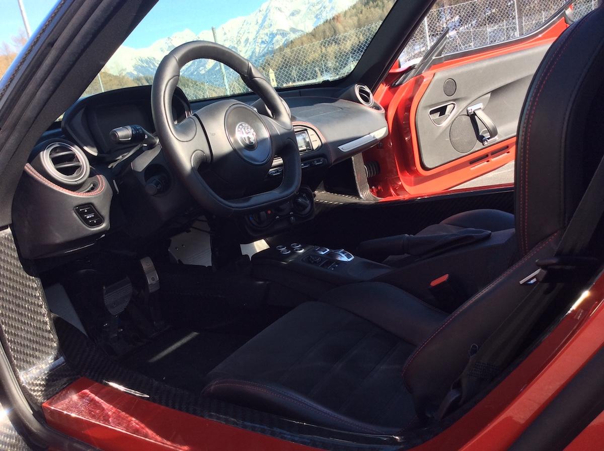 alfa romeo 4c spider testbericht fahrbericht schweiz sportwagen modelle motoren ausstattung cabrio cabriolet online magazin automobil innenraum cockpit interieur