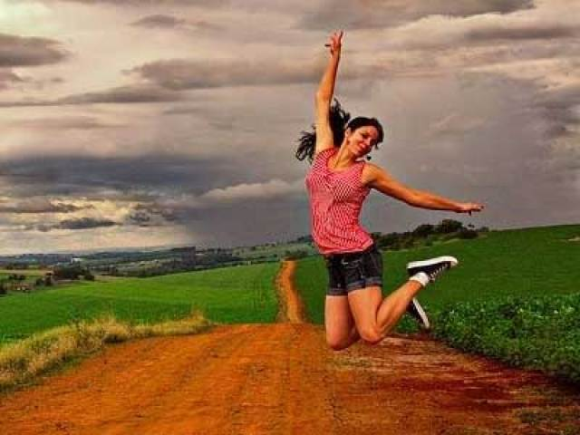 10 things to stop doing, how to enjoy life, girl jumping in air
