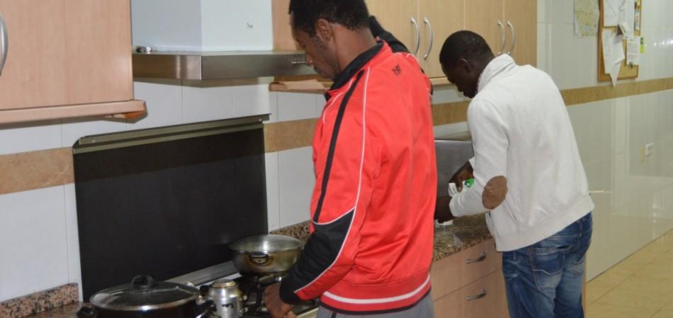 proyecto abraham - vivienda acogida cocinando