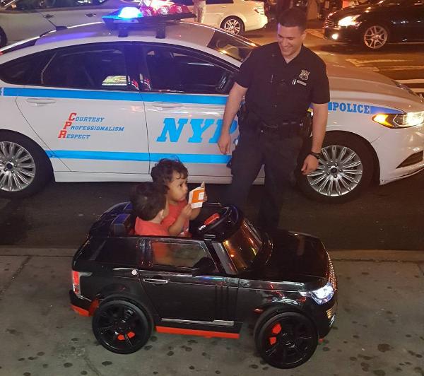 bebés al conducir su auto de juguete
