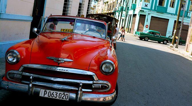 Coche clásico Chevrolet rojo aparcado en La Habana, Cuba