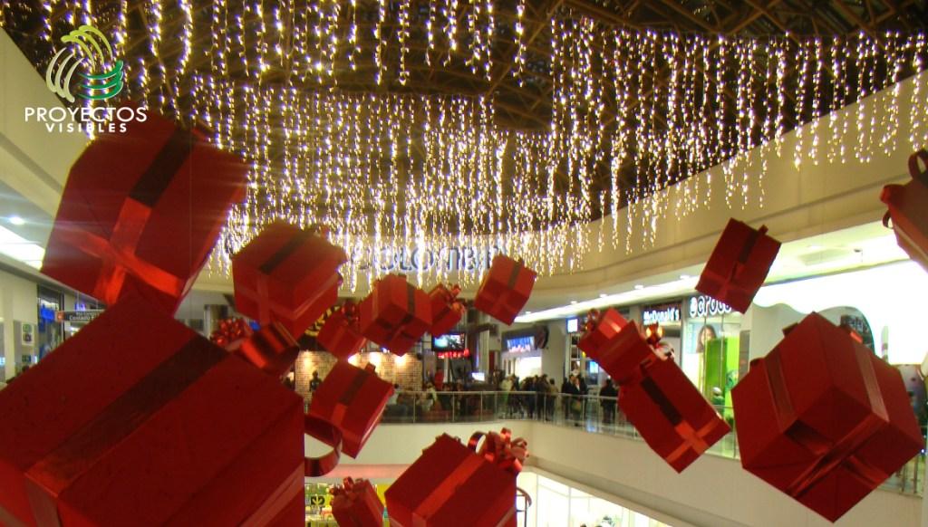Vacío navideño decorado con cortinas led y regalos