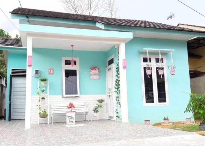 warna cat teras rumah dengan kombinasi biru muda putih pada model teras rumah sederhana