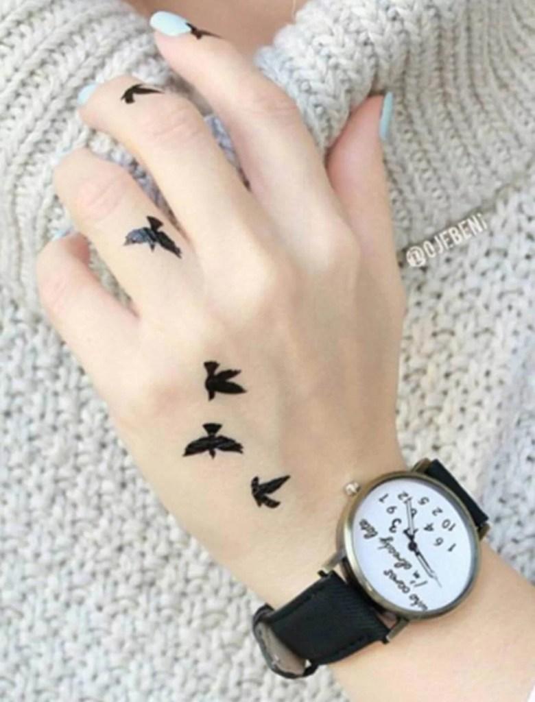 El üstüne kuş desenli geçici dövme