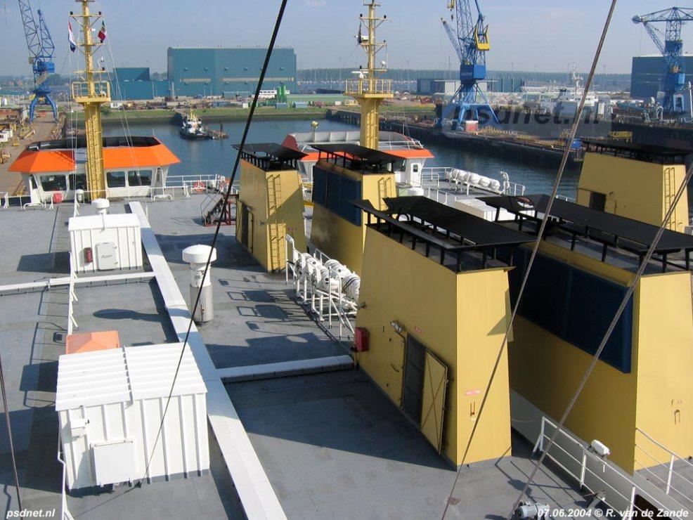 De PSD-zusterschepen Beatrix en Friso gebroederlijk naast elkaar in de Vlissingse Sloehaven, valk voor vertrek naar Italië.