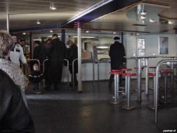 De salon met buffet aan boord van de veerboot Vlissingen-Breskens. Passagiers kunnen hier kroketten of erwtensoep kopen.