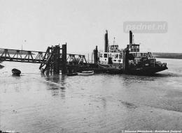 Dordrecht met zijlading in Kruiningen