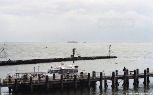 Een dubbeldeksveerboot en een SWATH-ferry samen gezien op de Westerschelde.