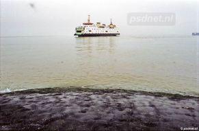 Een foto uit Perkpolder, 2003. We zien de Prinses Juliana eenzaam varen op de Westerschelde.