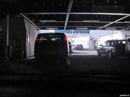 Auto's verlaten de veerboot in Breskens. Tot 14 maart 2003 was dit enige manier om de Westerschelde over te steken met de auto.