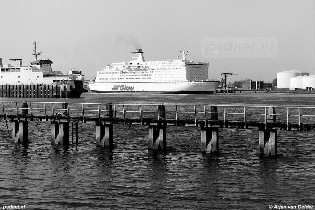 Hier zien we een van de twee laatste jumbo-ferry's van Olau naast de Koningin Beatrix van de PSD.